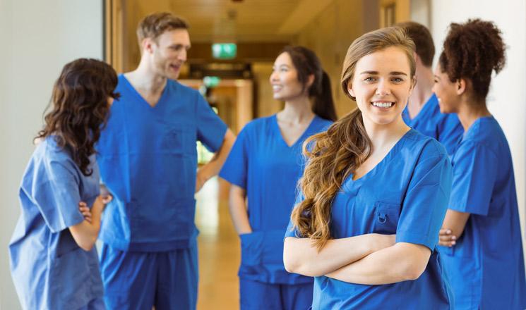 Fonctionnaires hospitaliers en train de discuter