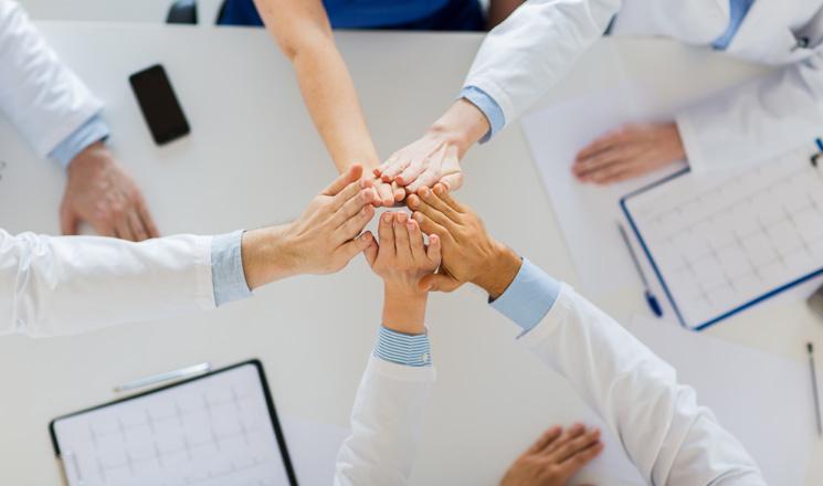 Fonctionnaires hospitaliers qui se tappent dans la main