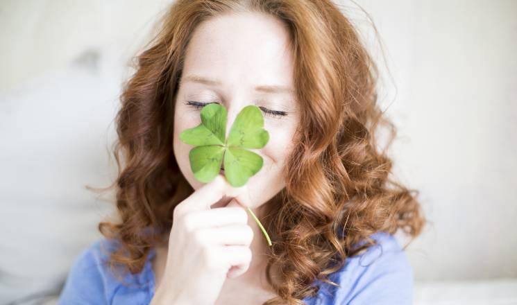 femme trèfle à quatre feuilles - protection, prévoyance