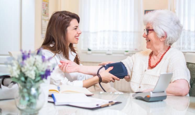 infirmière libérale au domicile d'une patiente
