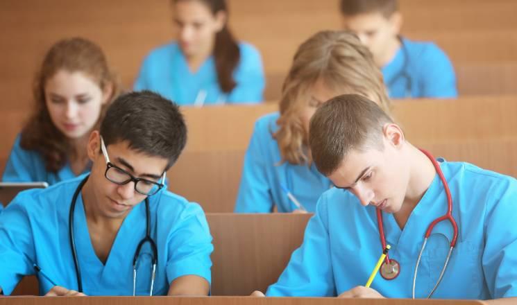 étudiants et internes en médecine en train d'étudier