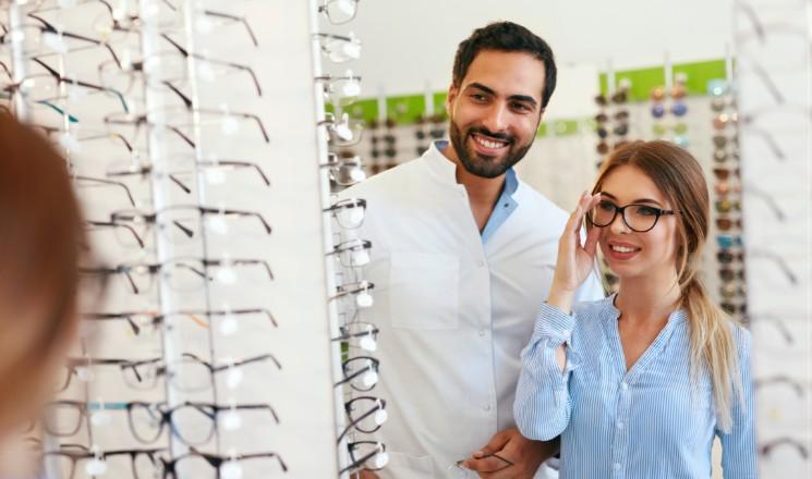 Femme qui essaie une paire de lunettes de vue chez un opticien