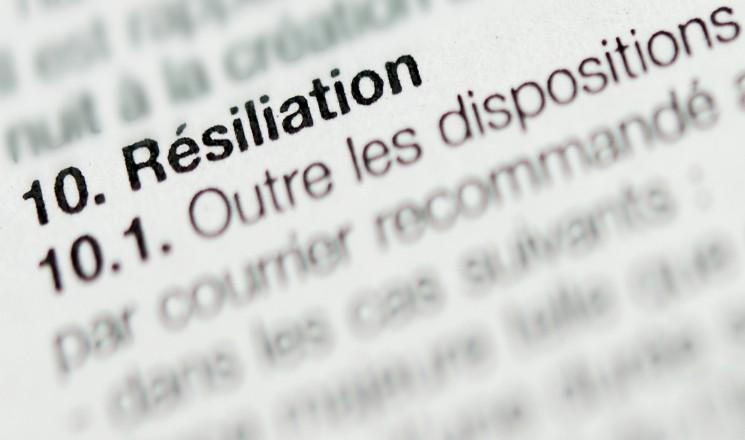 """Document photographié de très près où apparaît le mot """"résiliation"""""""