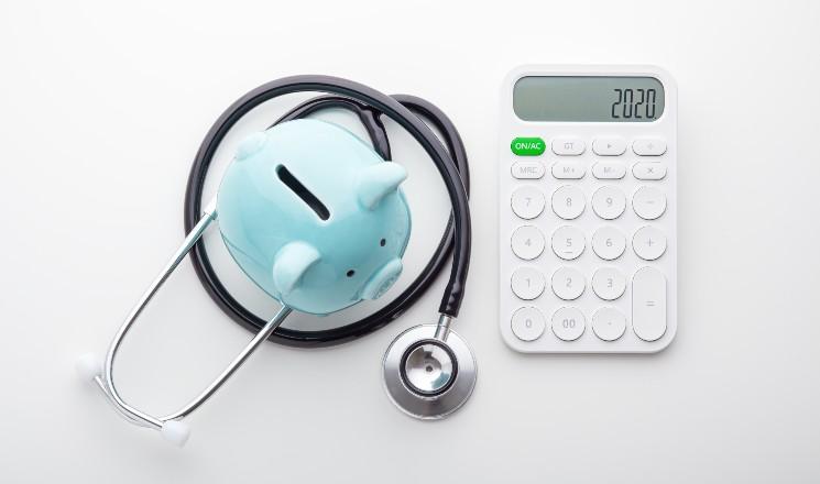 stéthoscope, tirelire et calculatrice 2020