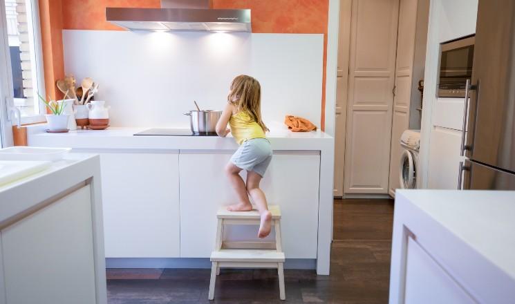 risque d'accident domestique avec une petite fille dans une cuisine